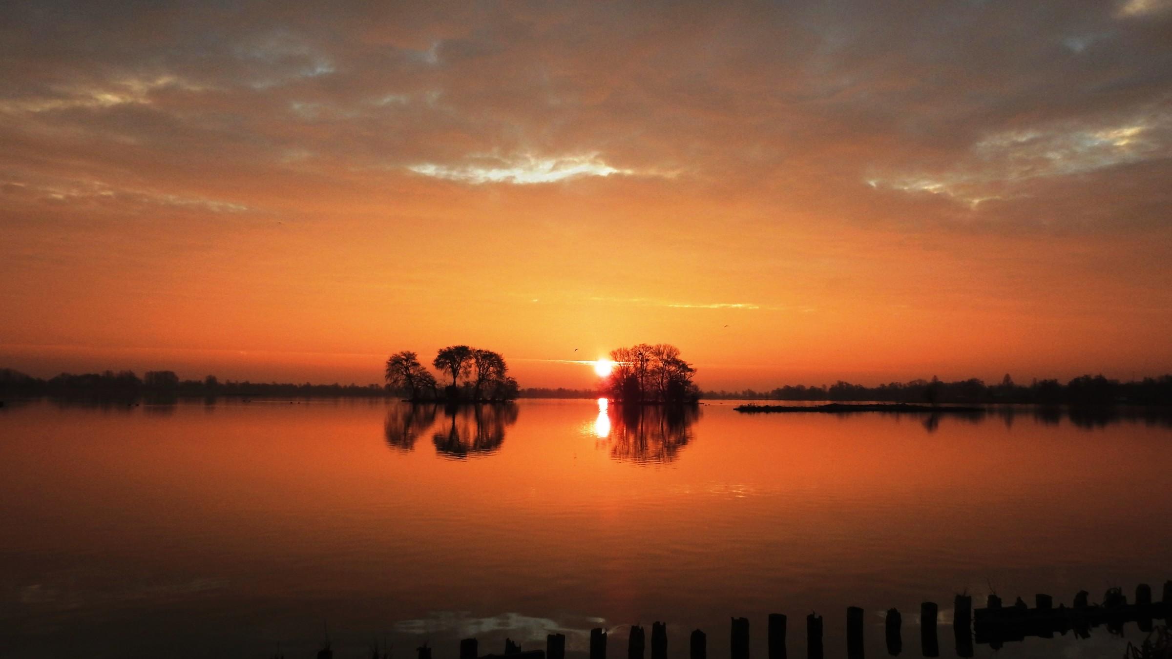 Weerwoord koude zonsopkomst met warme kleuren